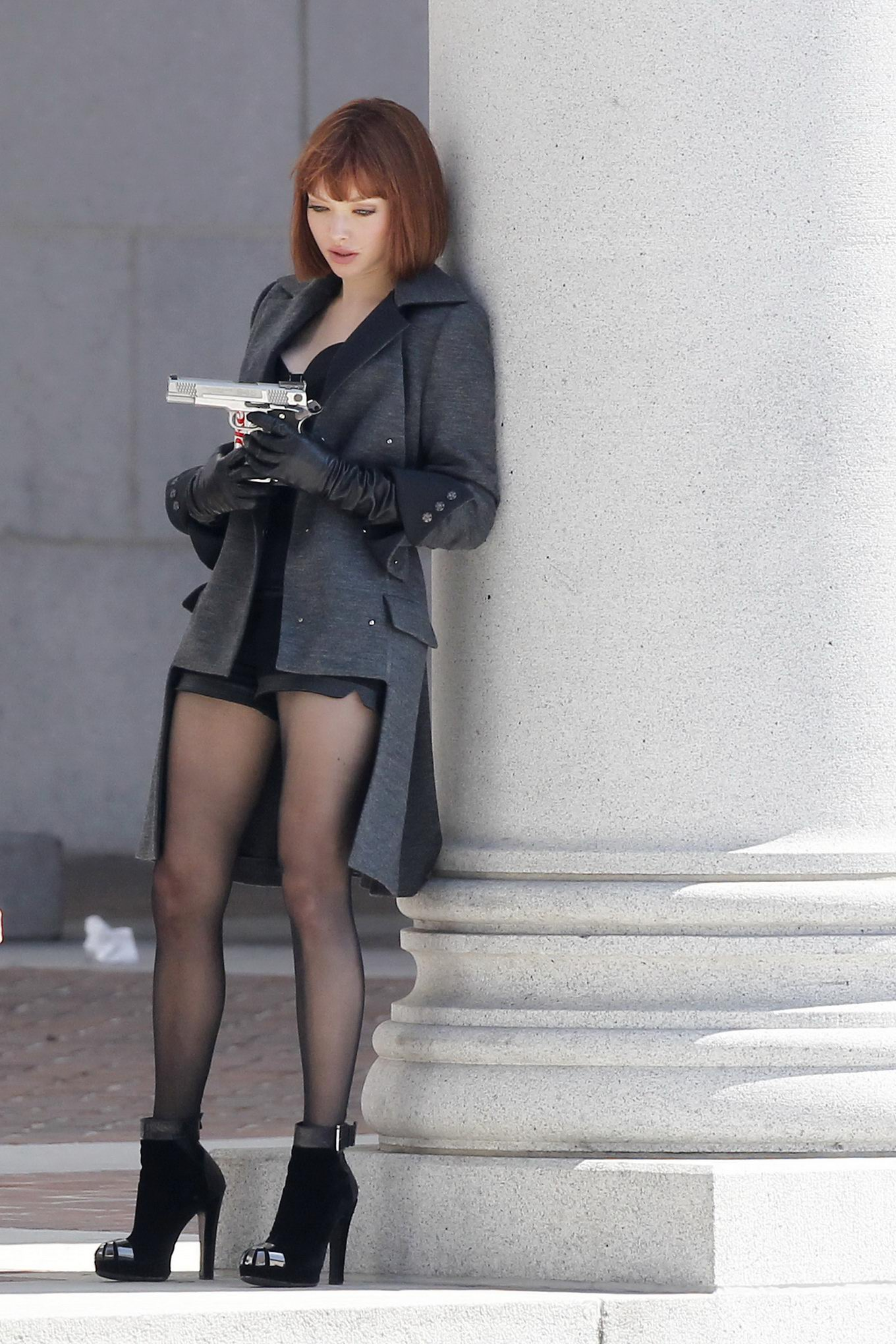 amanda seyfried wearing stutty outfit on the set of in