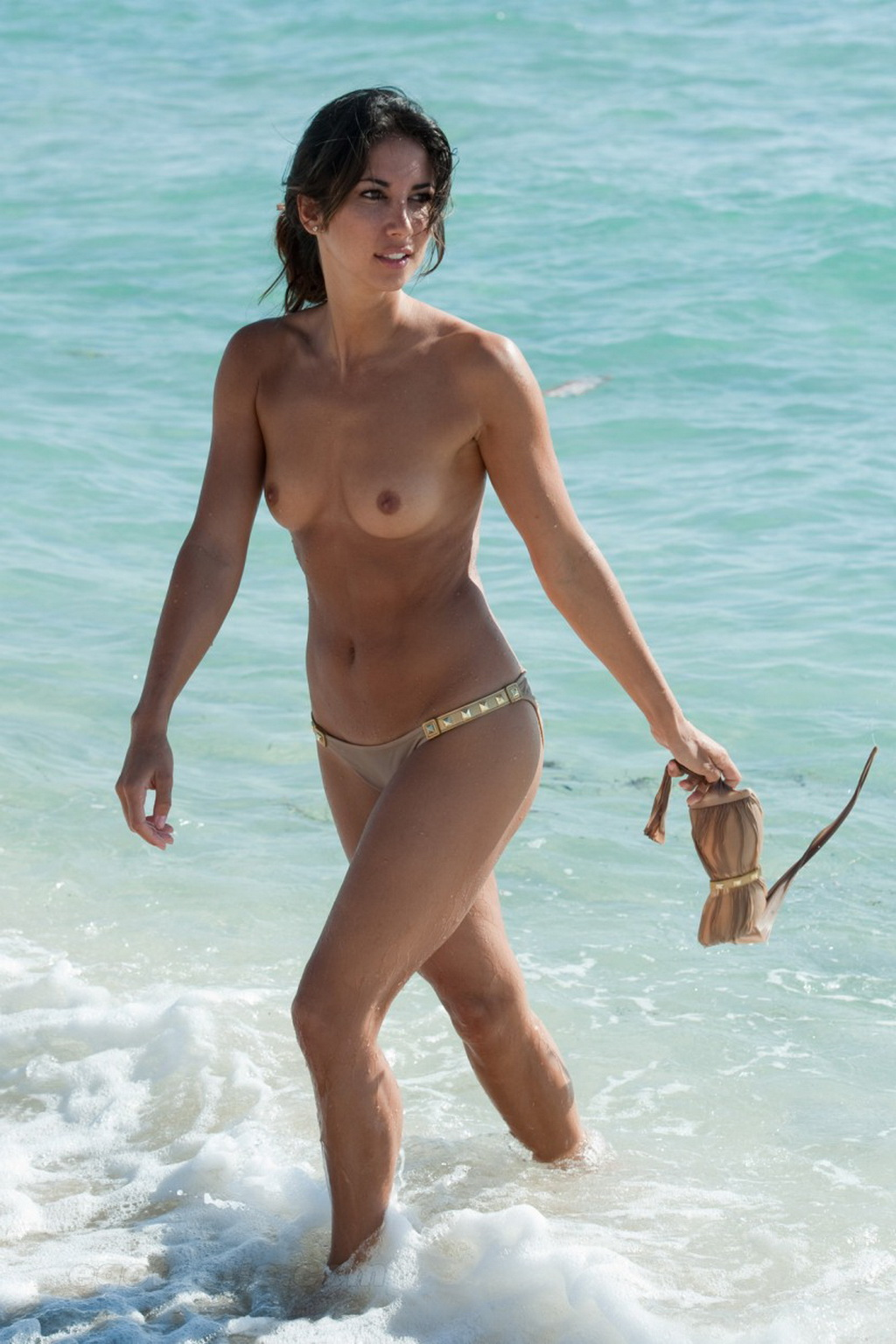 Leilani Dowding topless showing off her small tits on Miami Beach: www.celeb-for-free.com/pics/celeb2609/index.html