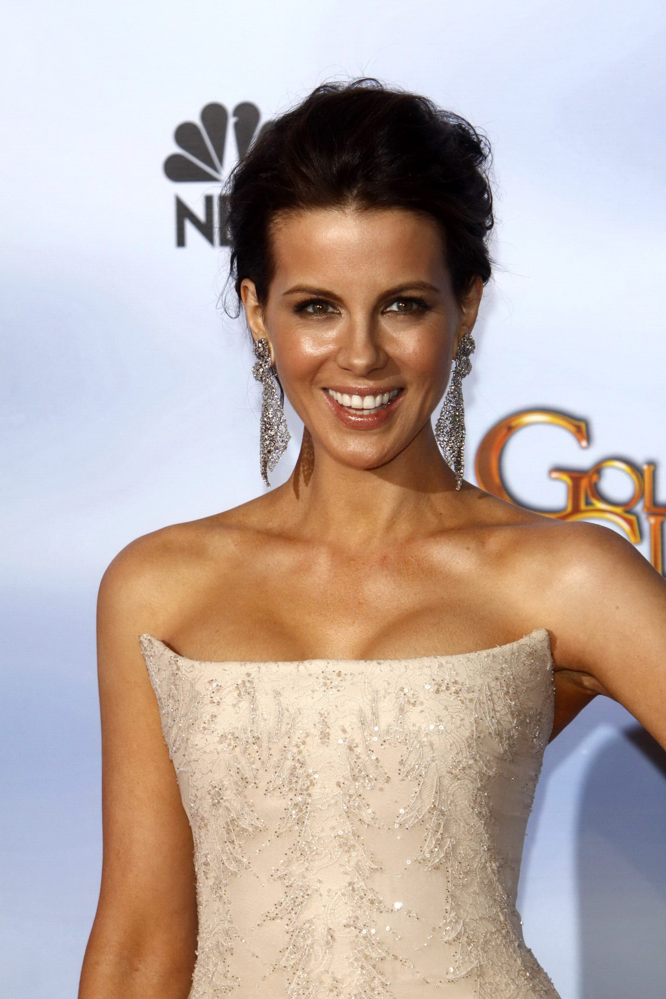 kate beckinsale shows cleavage wearing a strapless maxy