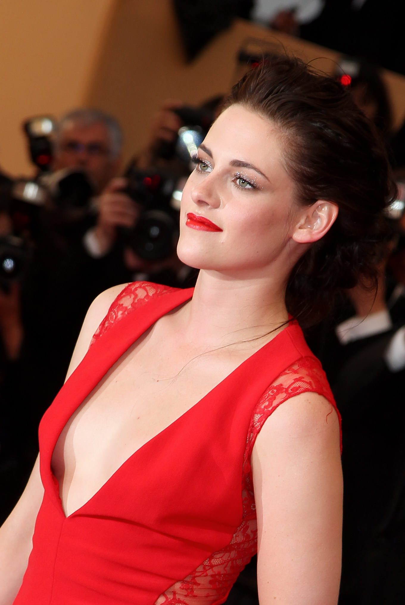 Kristen stewart braless shows awesome cleavage at for The stewarts