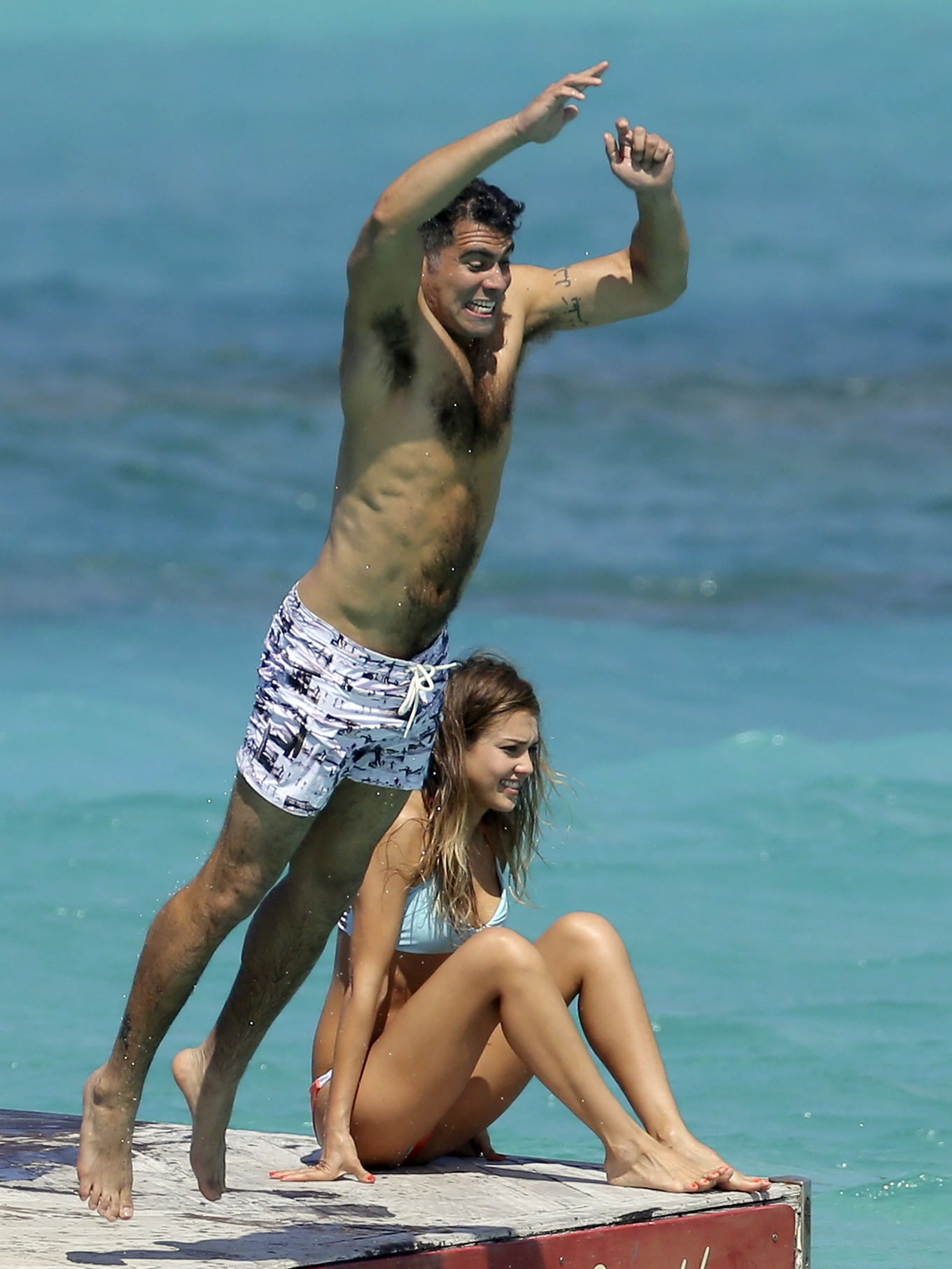 Jessica Alba showing off her bikini body on a beach in St ...