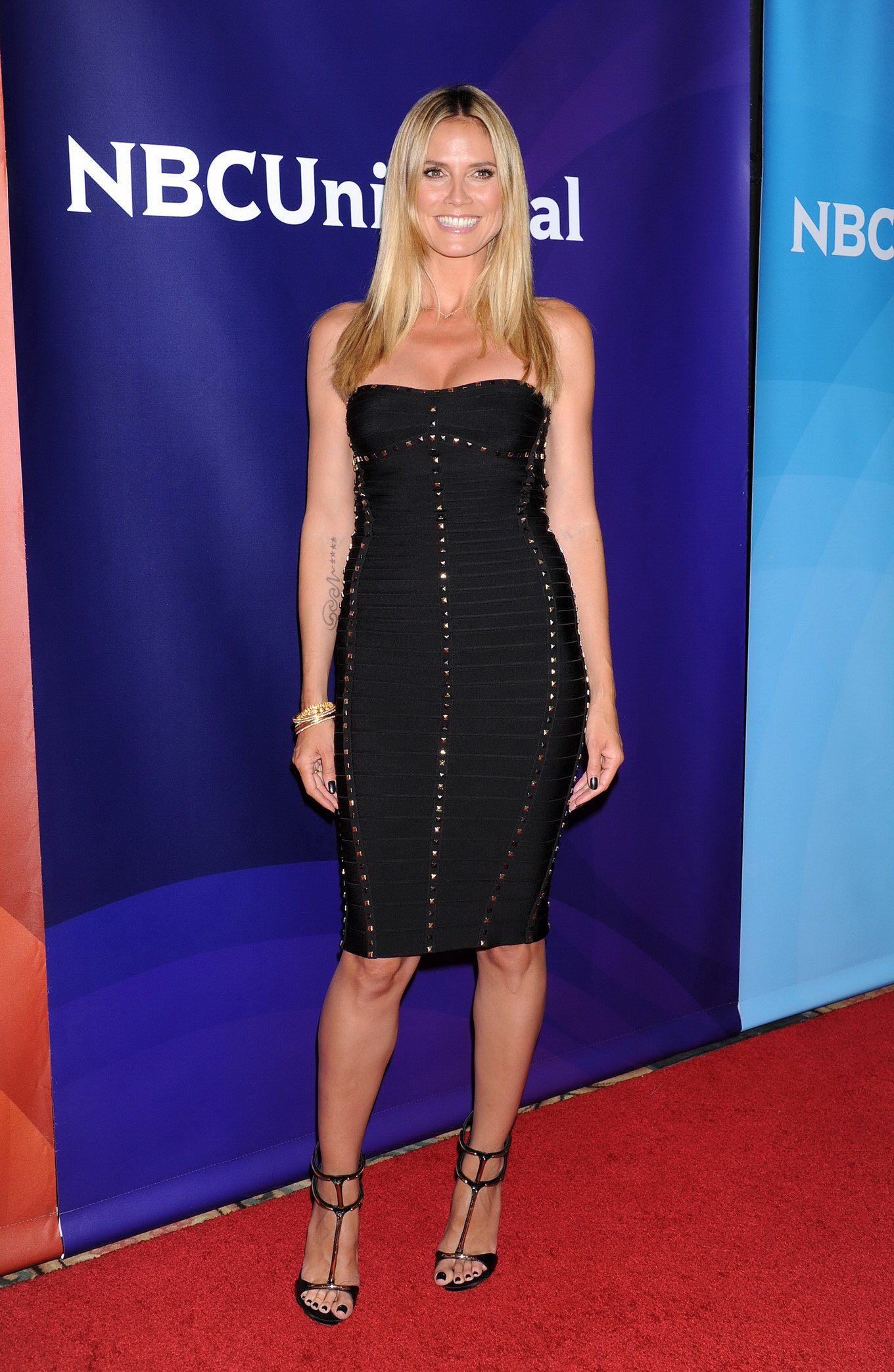 Heidi Klum Cleavy Wearing A Strapless Black Dress At The -3908