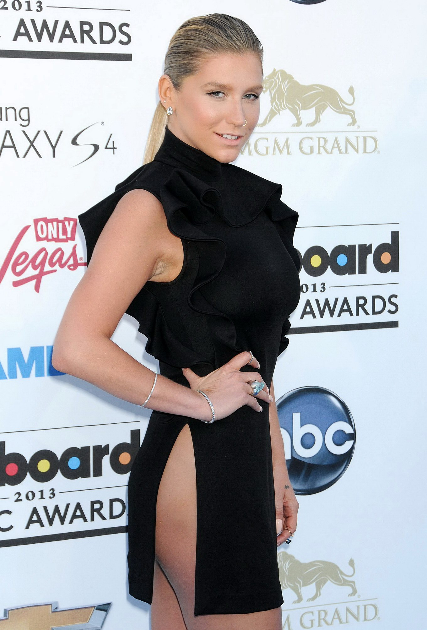 Kesha tooth outfit