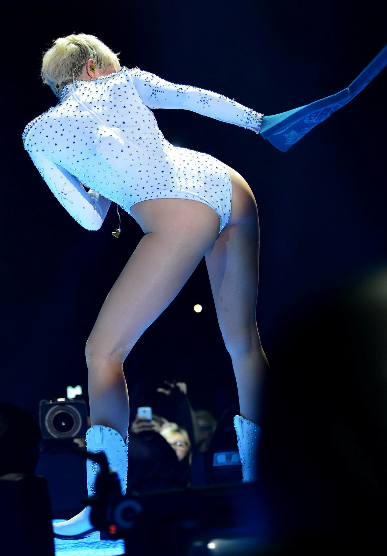 Miley cyrus shows her ass