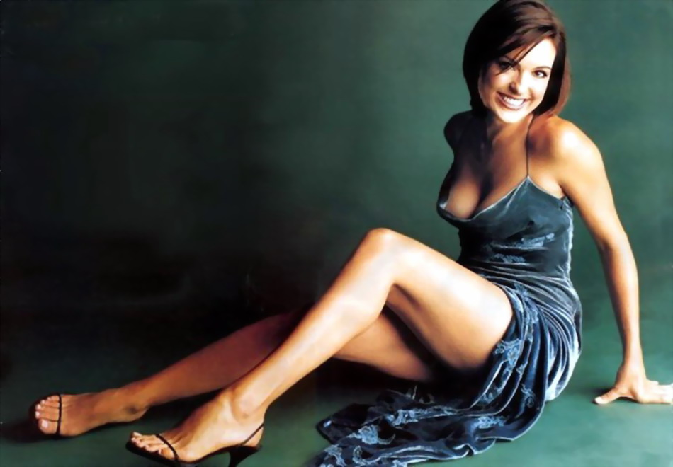 Mariska Hargitay showing some cleavage and bare ass
