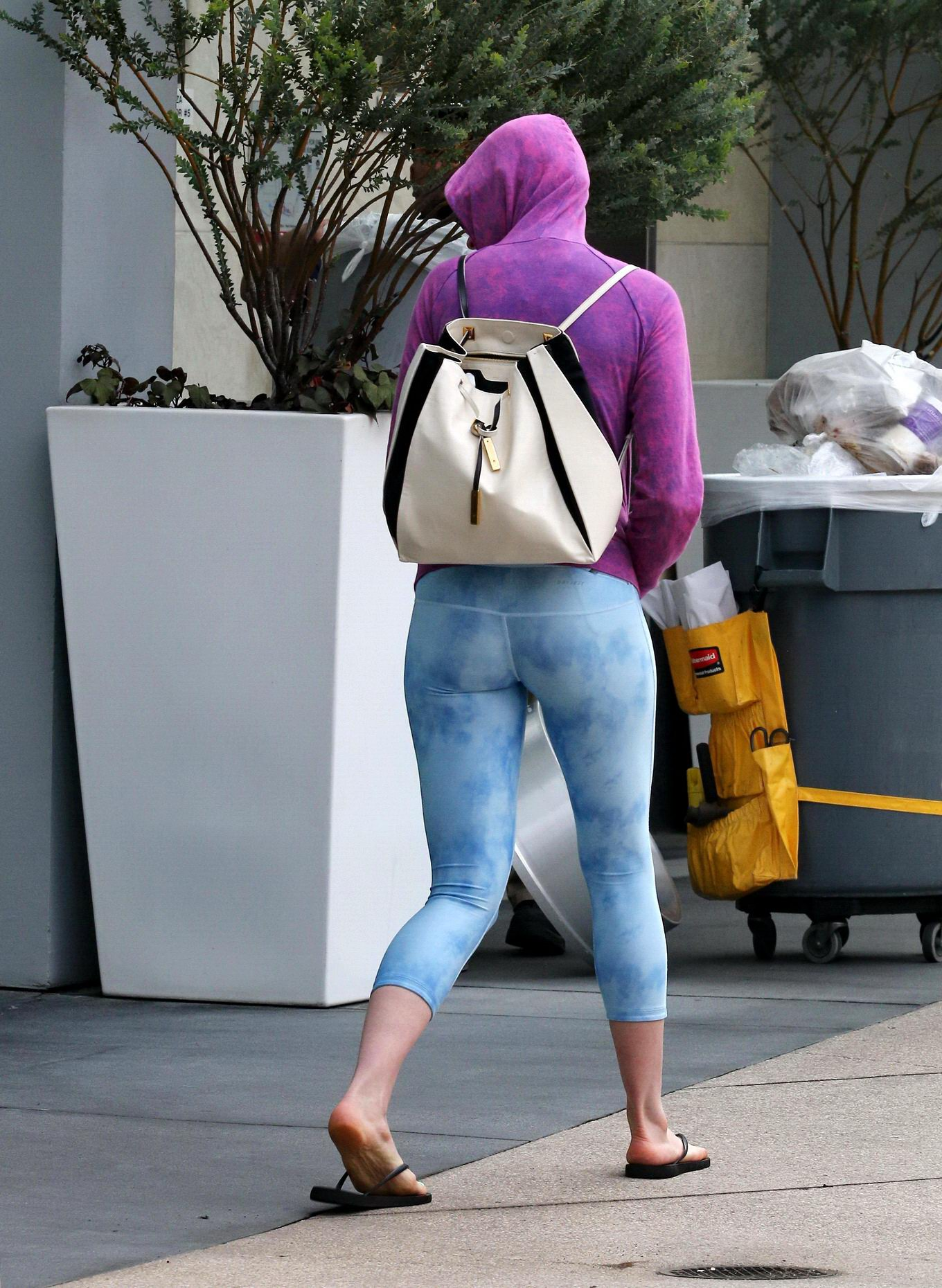 Anne Hathaway Showing Off Her Ass And Camel-Toe In Sky -4280