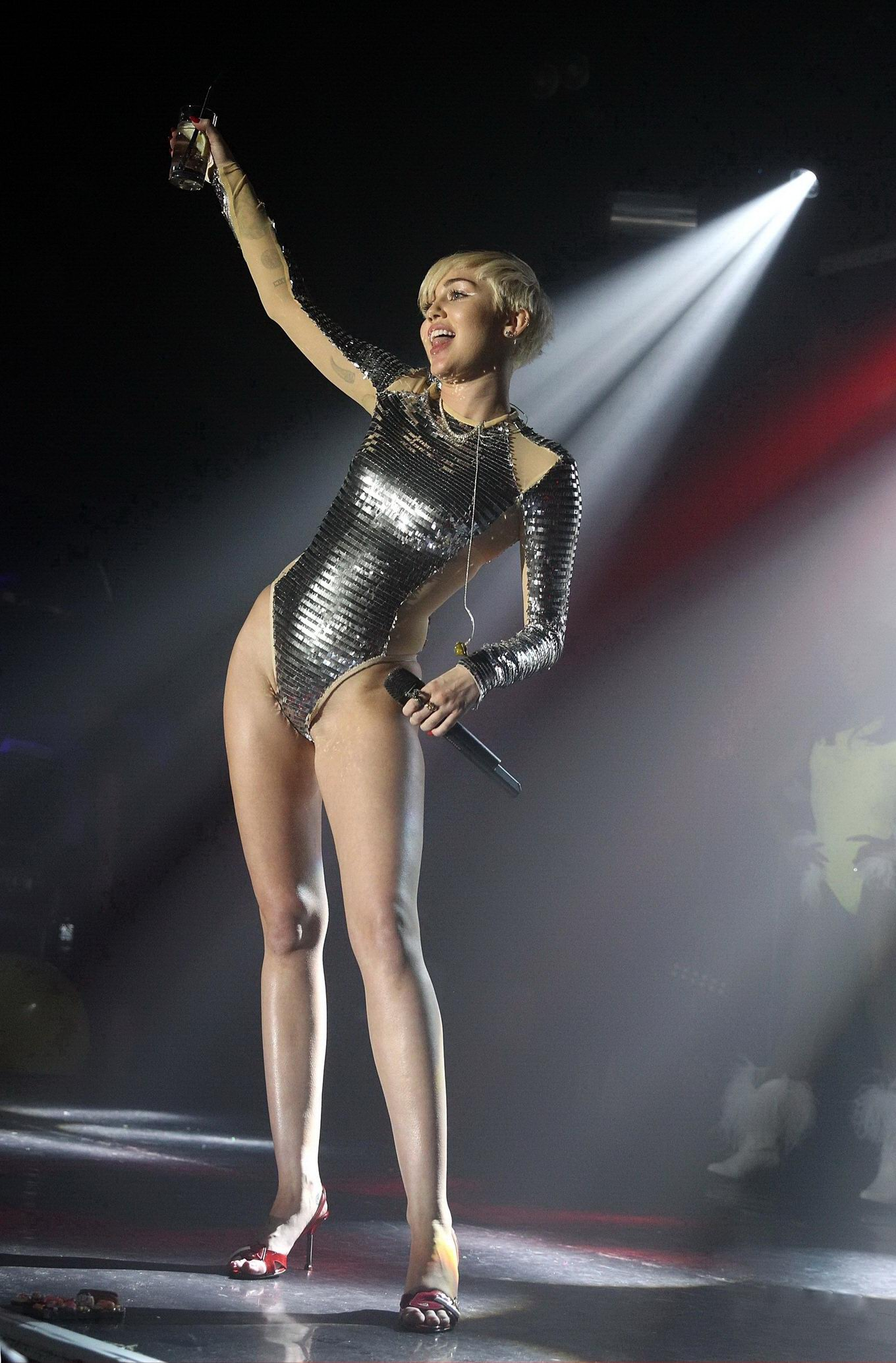 miley cyrus nude on stage