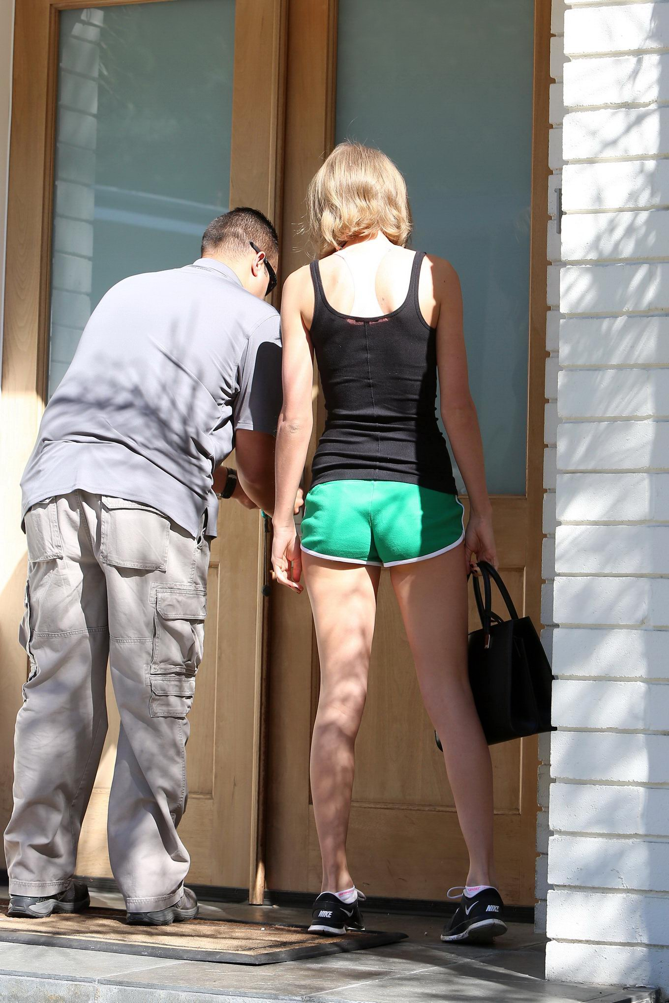 Taylor Swift shows off her ass wearing a tiny green shorts ...