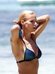 Michelle Hunziker shows off her round ass wearing bikini on Formentera Beach